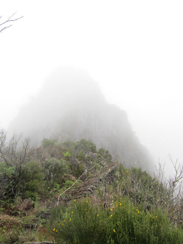 Ein Gipfel versteckt sich im Nebel