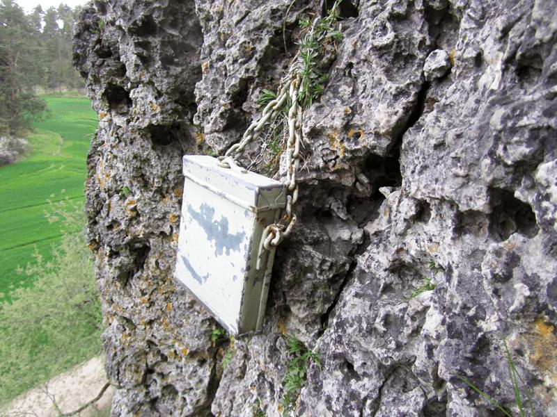 Wandbuch in Metallkasten