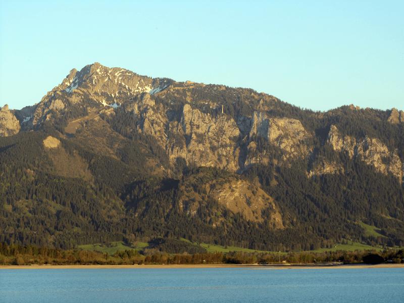 Blick über den Forggensee auf den Tegelberg