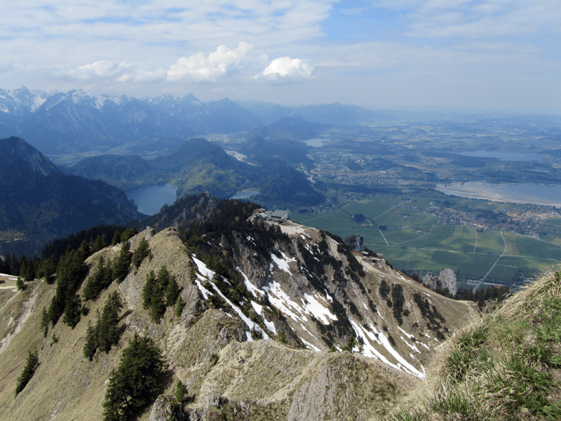 Blick vom Gipfelkreuz zum Tegelberghaus
