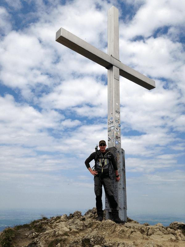 Am Gipfelkreuz des Branderschrofen
