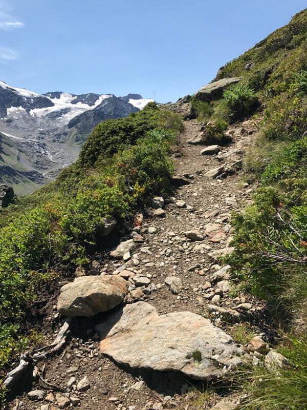 schmaler Bergwanderweg