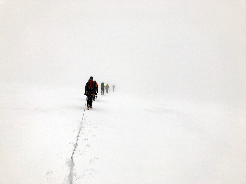 Die Seilschaften verschwinden im Nebel