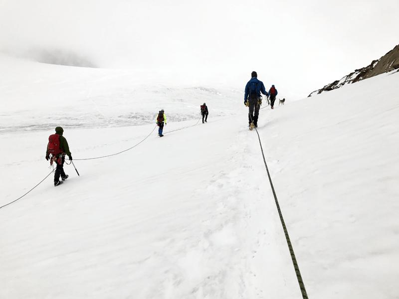 mehrere Seilschaften auf dem Gletscher