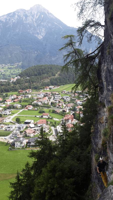 Blick aus dem Klettersteig auf Arzl