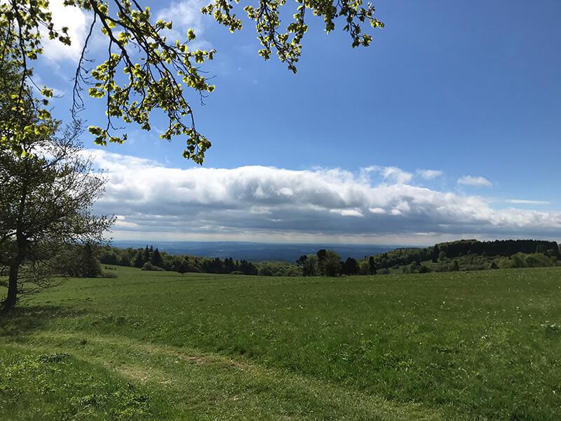 Blauer Himmel über der Thüringer Hütte