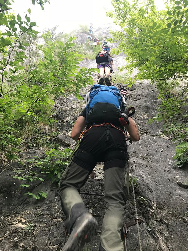 Viel Betrieb auf den langen Leitern des Klettersteigs