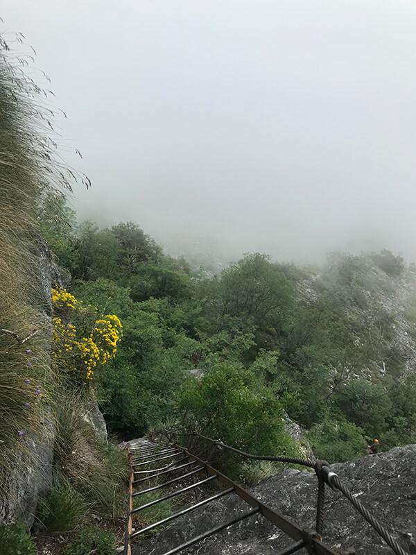 Der Blick hinab nach Riva del Garda wird von Wolken verdeckt
