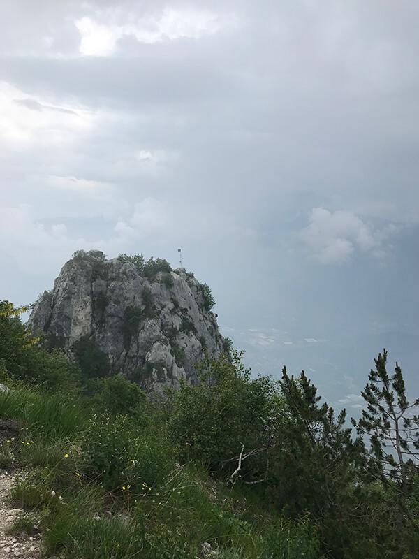kleine Fahne am Gipfelfels