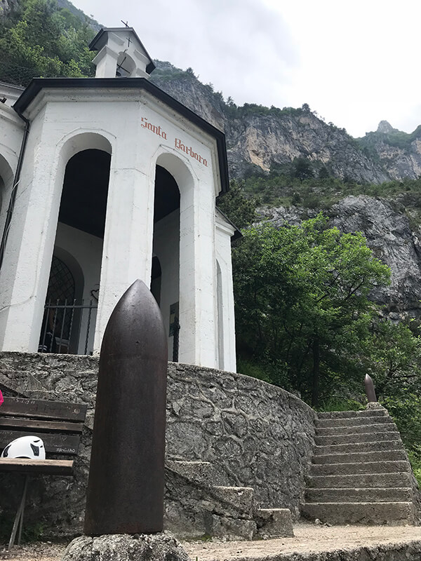 Treppenstufen und große Kanonenkugel vor der Kapelle Santa Barbara
