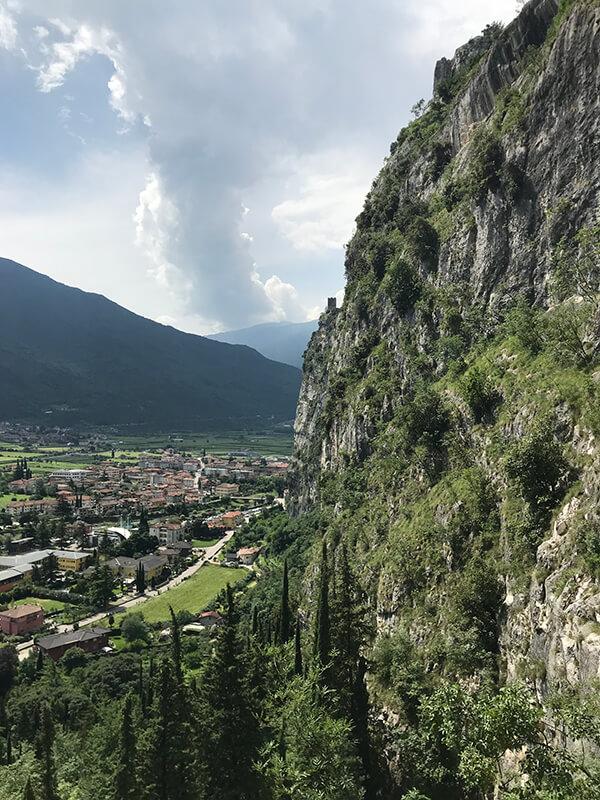 Blick vorbei an der Felswand nach Arco