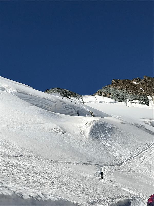 Viele Bergsteiger sind auf dem Weg zum Gipfel