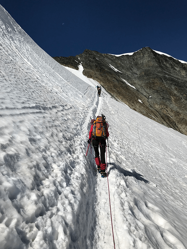 steiler Schneebedeckter Hang