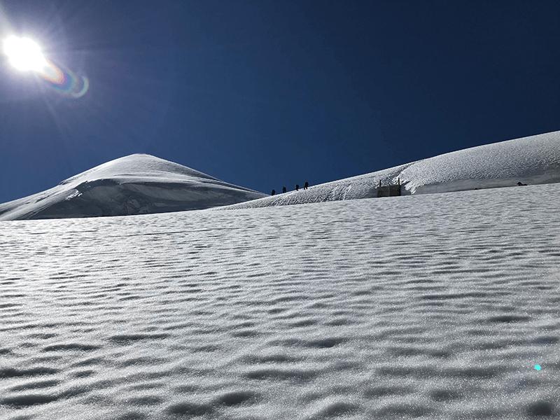 greller Schnee und tiefblauer Himmel
