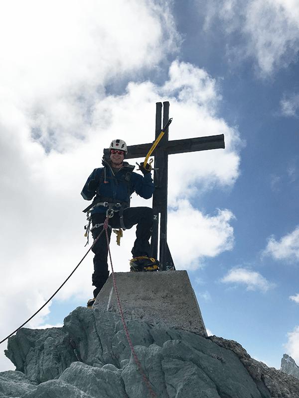 Ich am Gipfelkreuz mit Eispikel auf 4027 m