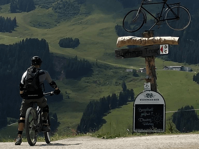 Auf dem Bike am Einstieg des Bucheggtrails