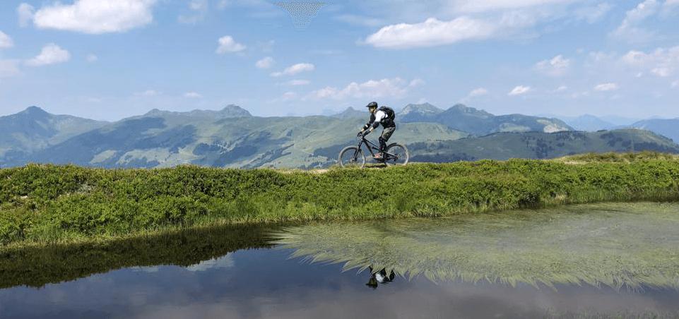 Auf dem Bike am See auf dem Hakelbergtrail