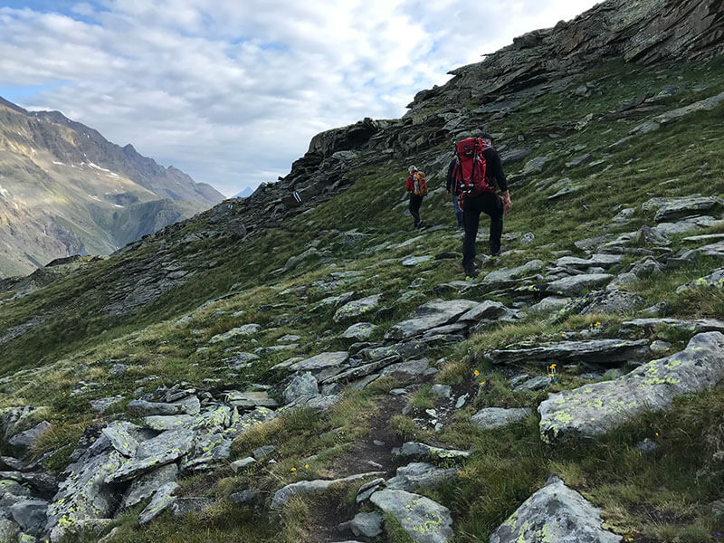Uschi und Stepahn queren die steinige Passage