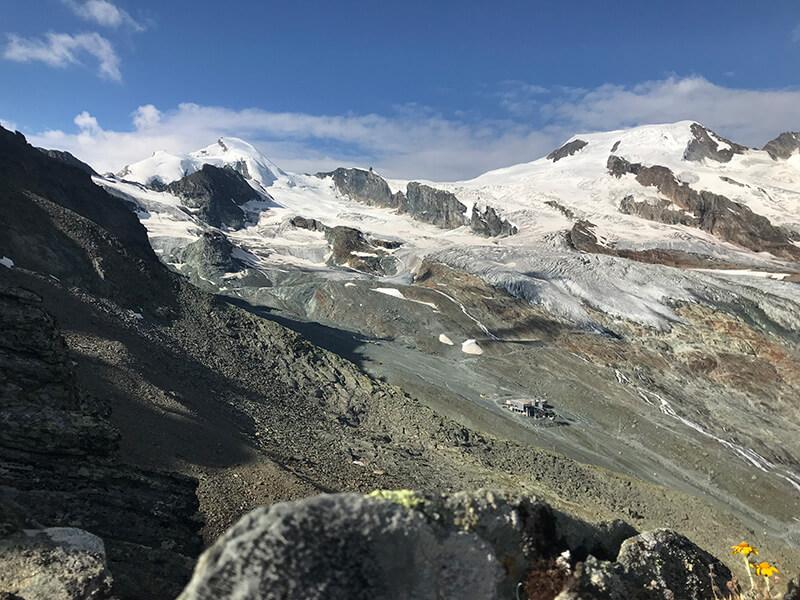 Blick vom Nordwest-Grat hinüber zum Feegletscher und der Mittelstation des Alpin-Express