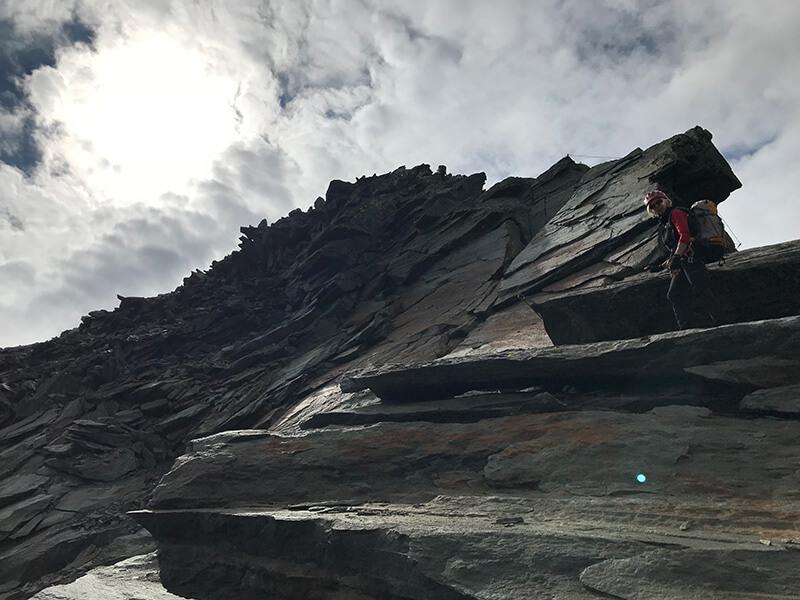 Uschi auf großen Felsbrocken