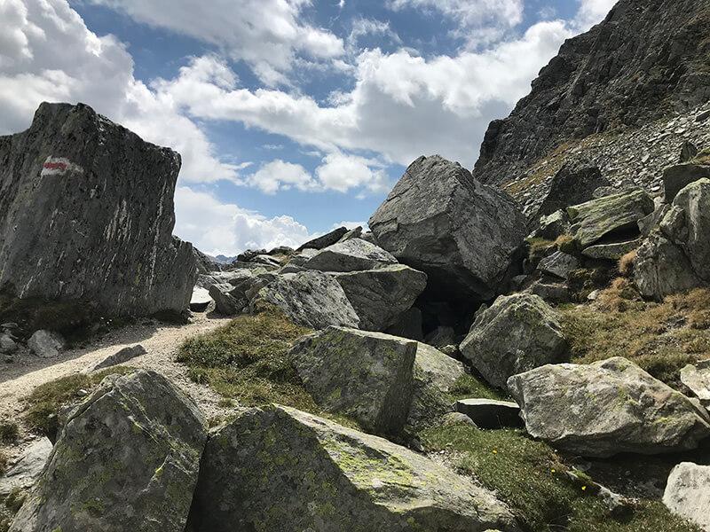 Boulderblöcke säumen den Weg