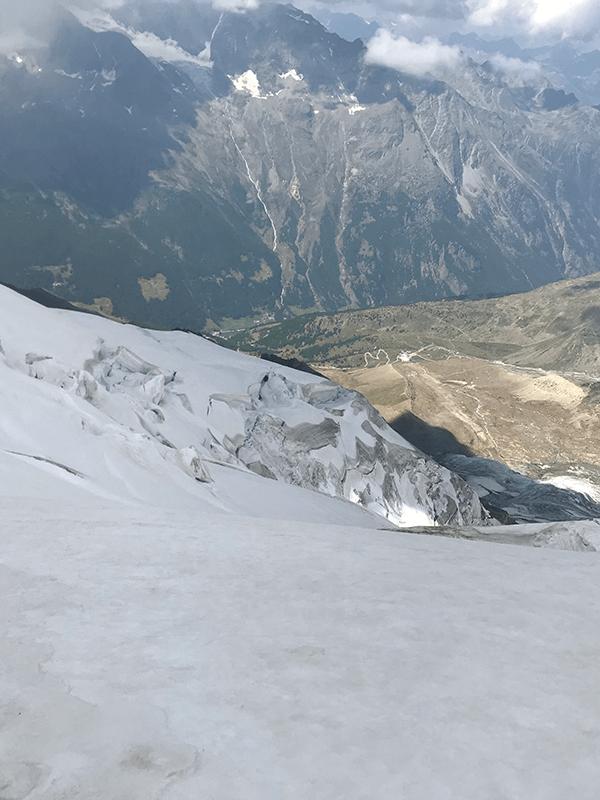 Blick über die Eismassen des Triftgletschers hinab ins Tal