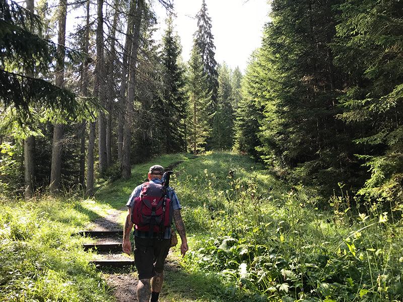 langsam ansteigender Weg über zahlreiche Stufen