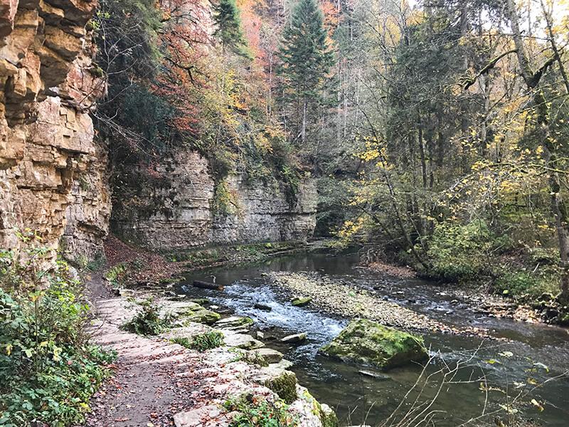 hohe Felswände entlang der Wutach