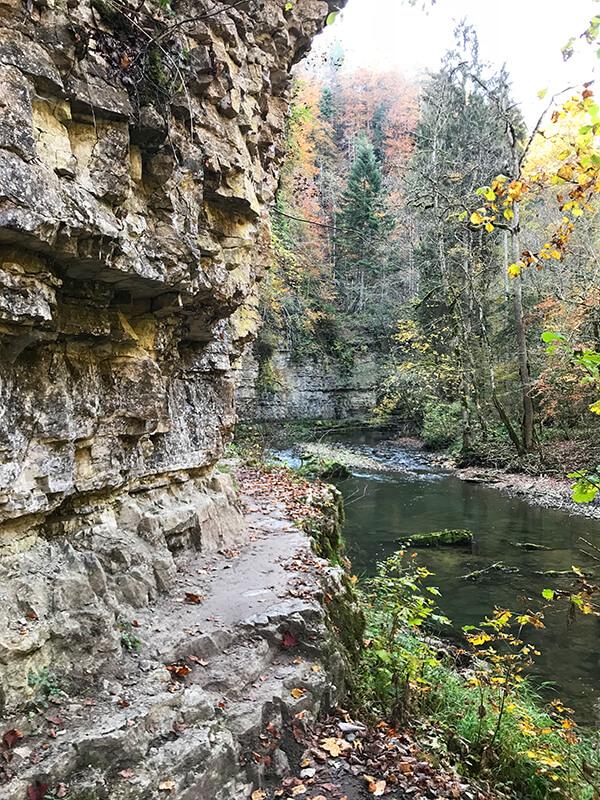 schmaler Weg über die Steinkante an der Felswand