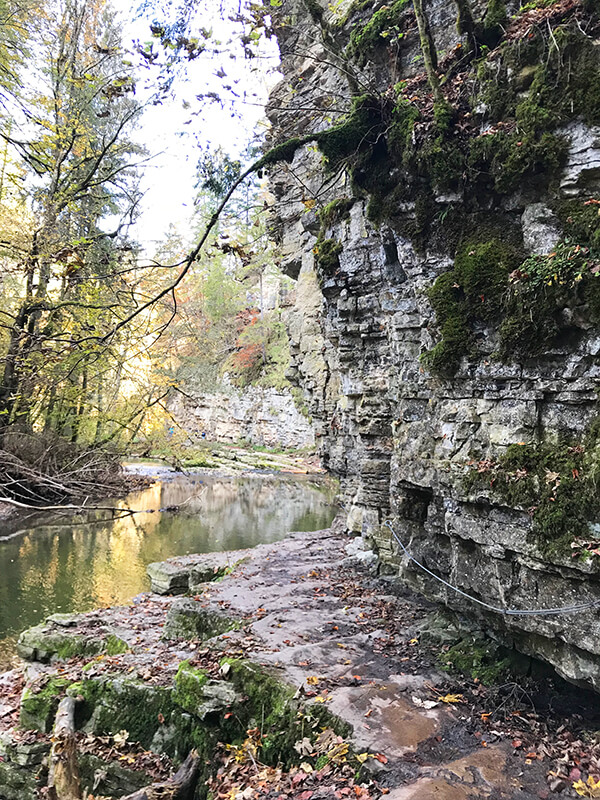 Stahlseil an der Felswand zur Sicherheit