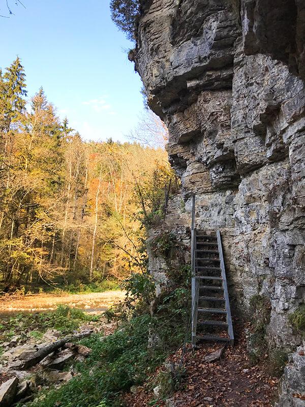 Holztreppe an Felsklippe