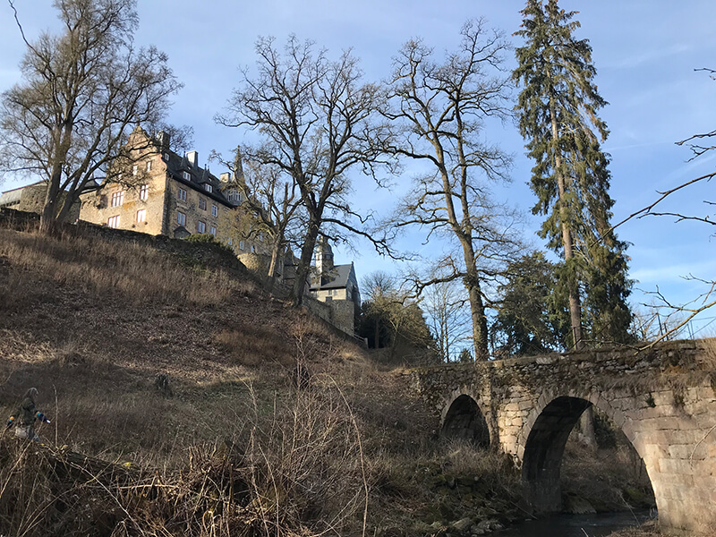 Schloss Eisenbach mit Bogenbrücke