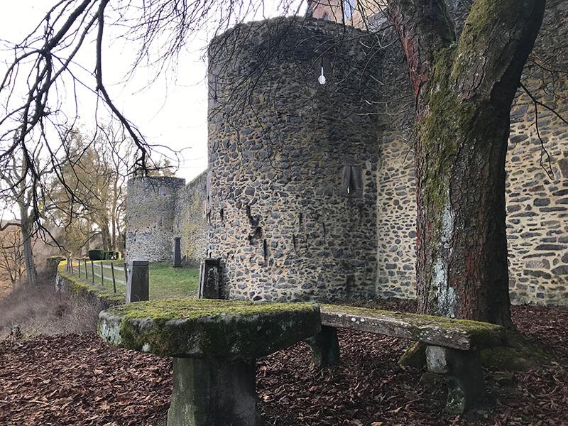 Schlossturm mit steinernem Tisch davor