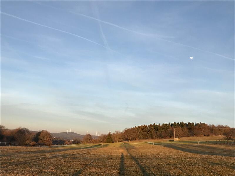 Der Mond steht hoch am Frühlingshimmel