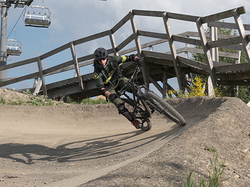 Mountainbiker in geshapter Kurve im Bikepark Winterberg
