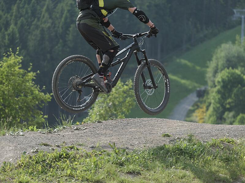 Mountainbiker beim Sprung im Continental-Track
