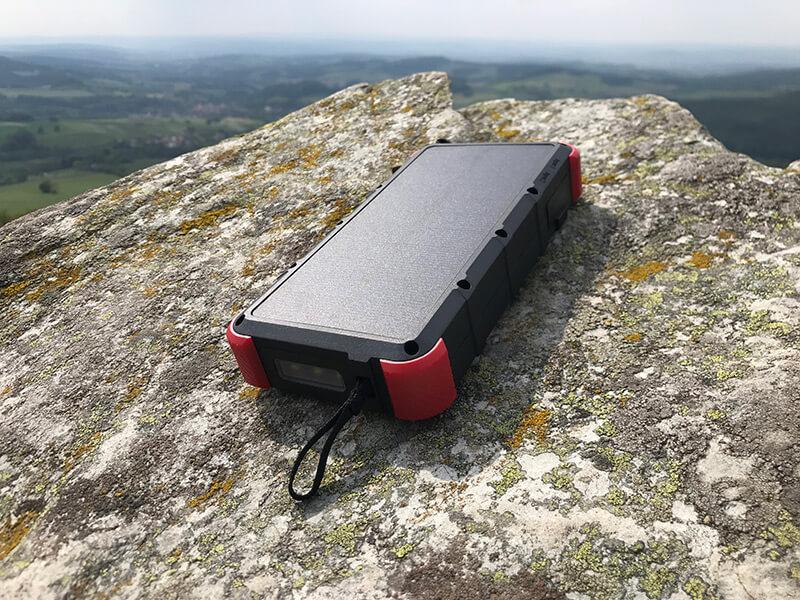 Powerbank auf einem Stein, im Hintergrund die Rhön