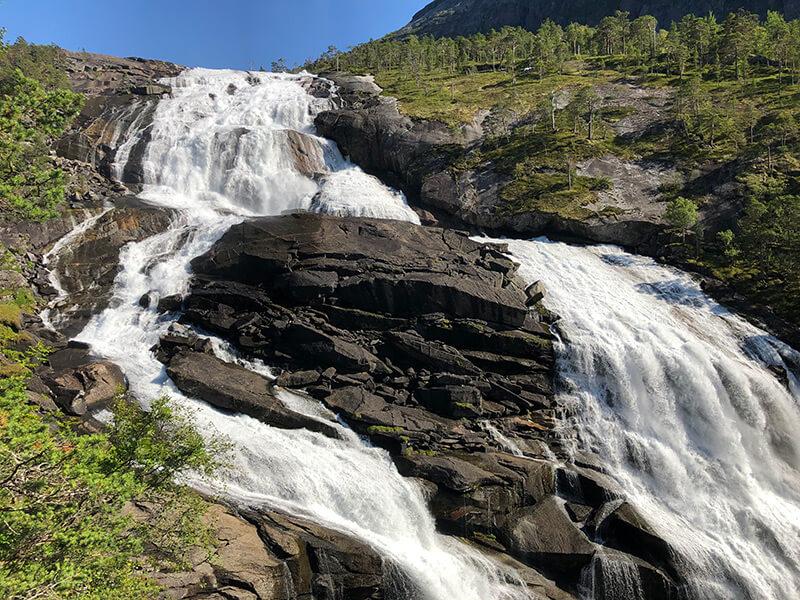 beeindruckende Wassermassen stürzen über die Felsen