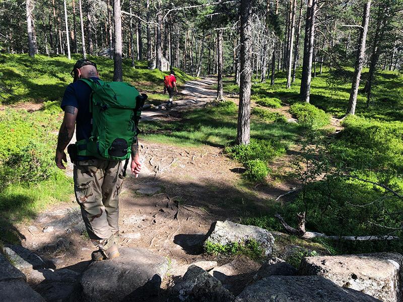 Wanderer auf dem Pfad zur Alm Nykkjesøy