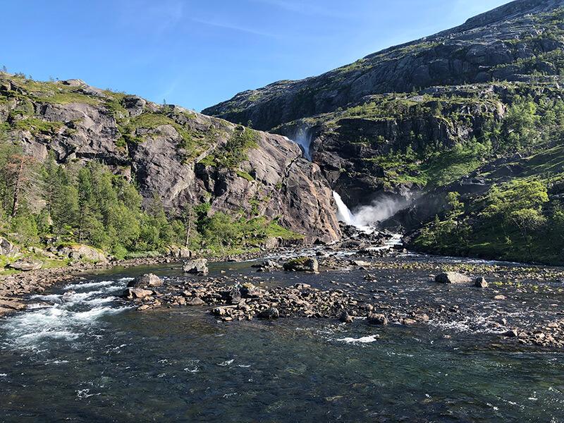 Der Nykkjesøyfossen stürzt 80 Meter tosend durch die Felsen
