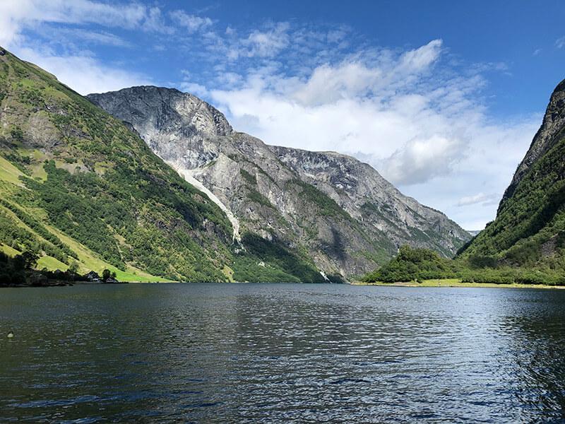 Steile Felsflanken am Nærøyfjord