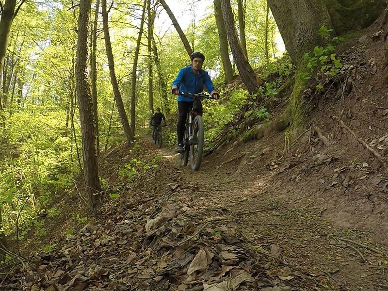Sammy & Vrony auf Ihren Bikes auf dem schmalen Pfad