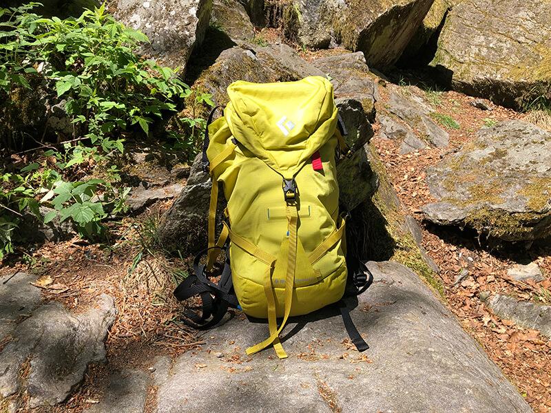 Der Speed 22 Kletterrucksack vor Felsen
