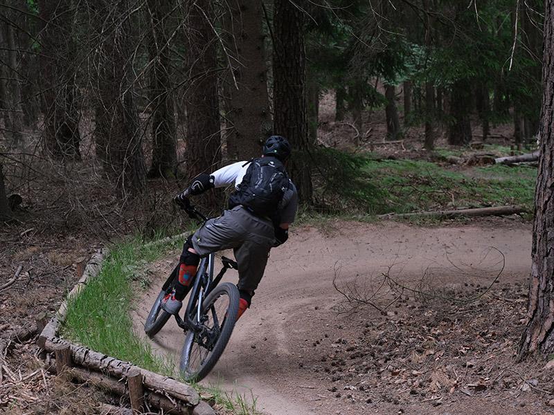 Biker in einer Anliegerkurve auf dem Haseltal Trail