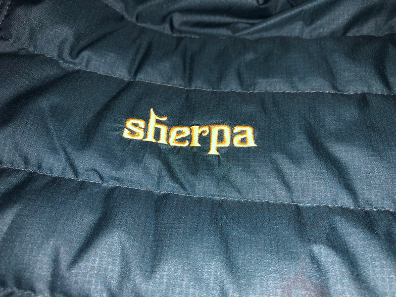 aufgesticktes Sherpa Schriftzug