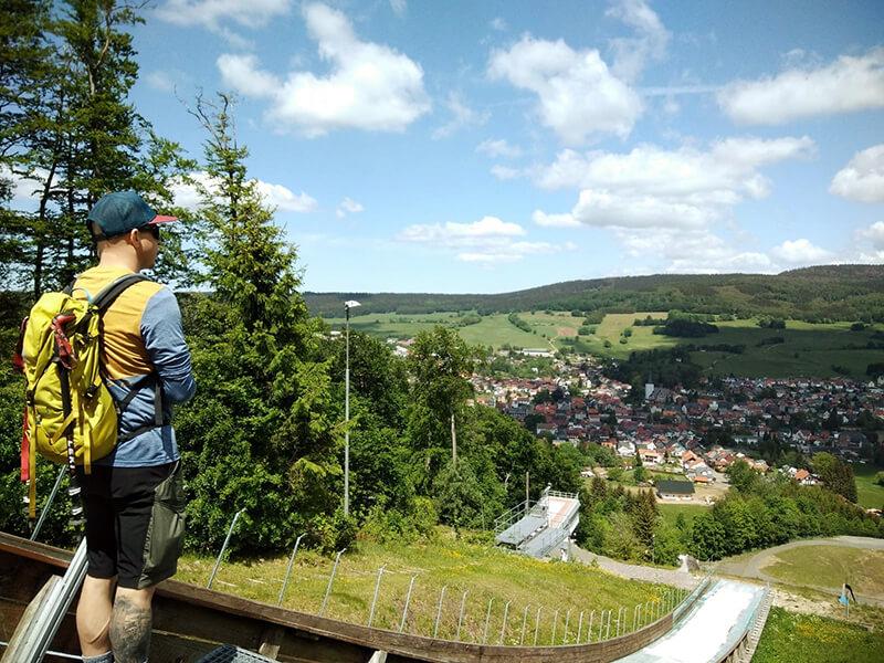 Blick hinab nach Brotterode und hinüber zum Iselberg