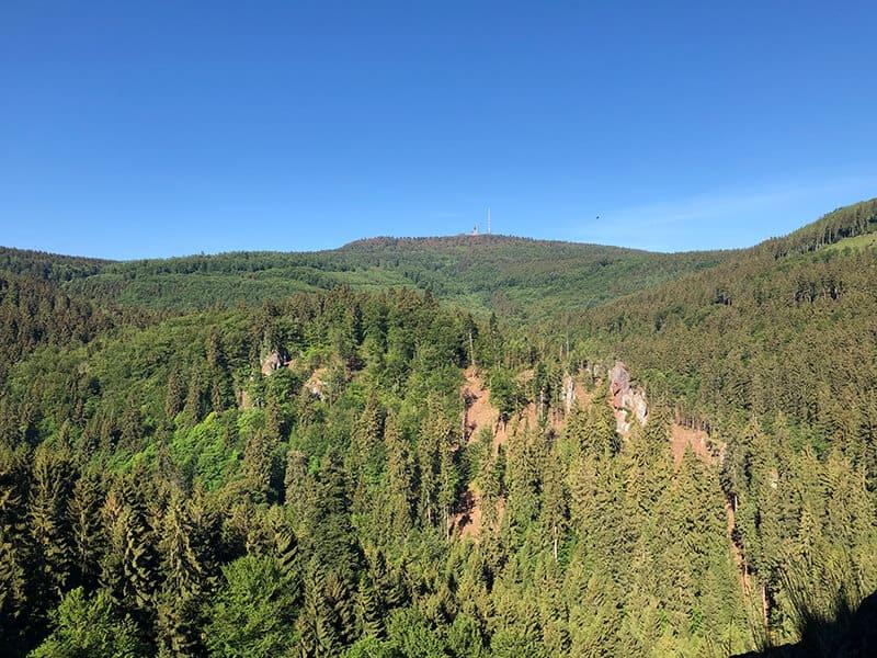 Blick zum nur wenige Kilometer entfernten großen Inselsberg