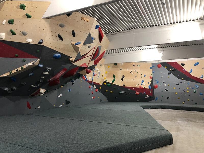 großer Boulderbereich im Block Barock