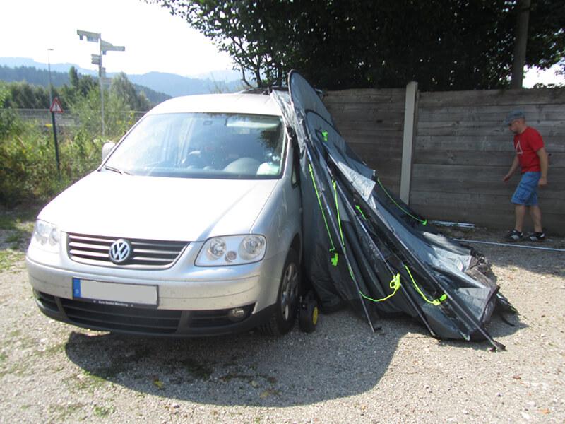 Das gesamte Zelt vor dem Aufstellen am Caddy angelehnt
