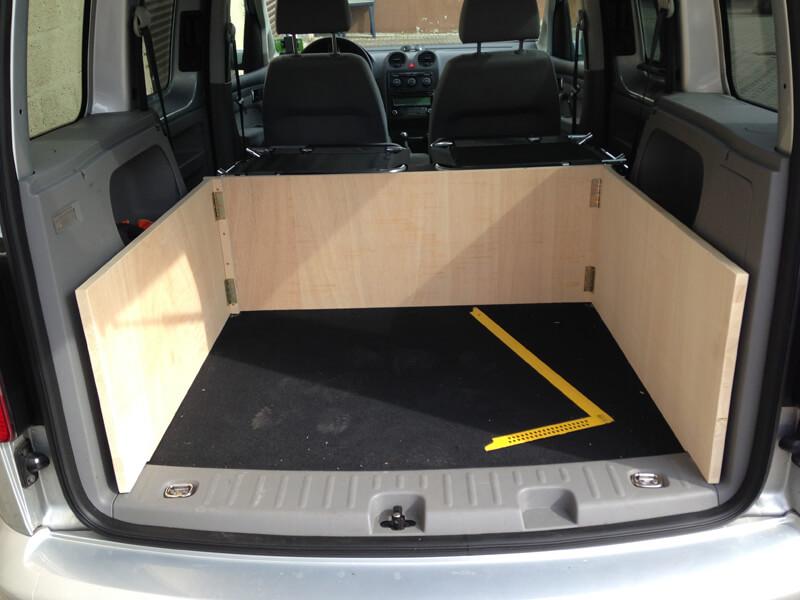 aufrecht stehende Platten des Caddy Camping Ausbau aufrecht im Kofferraum stehend